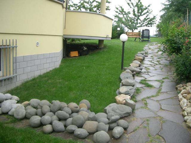 Giardino roccioso con ruscello compagnia del giardinaggio for Progetto aiuole per giardino